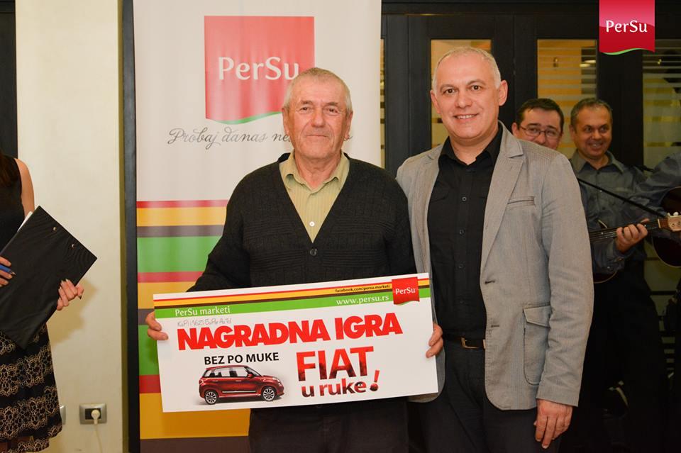 Glavnu nagradu, Fiat 500L, je najsrećnijem dobitniku, Rajku Vujiću iz Žablja, uručio vlasnik auto centra 'Točak Auto DOO' Vojin Obradović.